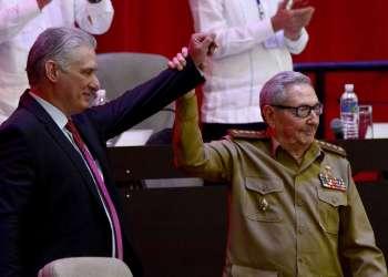 El Presidente de Cuba y recién electo primer secretario del Partido Comunista, Miguel Díaz-Canel, reacciona cuando Raúl Castro levanta la mano durante la sesión de clausura del VIII Congreso de la colectividad en La Habana