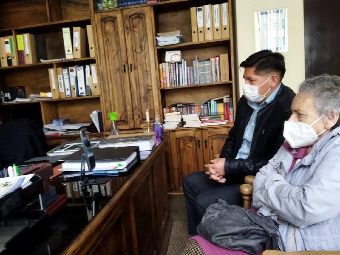 Jhiery Fernández sigue la audiencia virtual junto a la presidenta de la Apdh de Bolivia, Amparo Carvajal. Foto: Carlos Quisbert / Página Siete