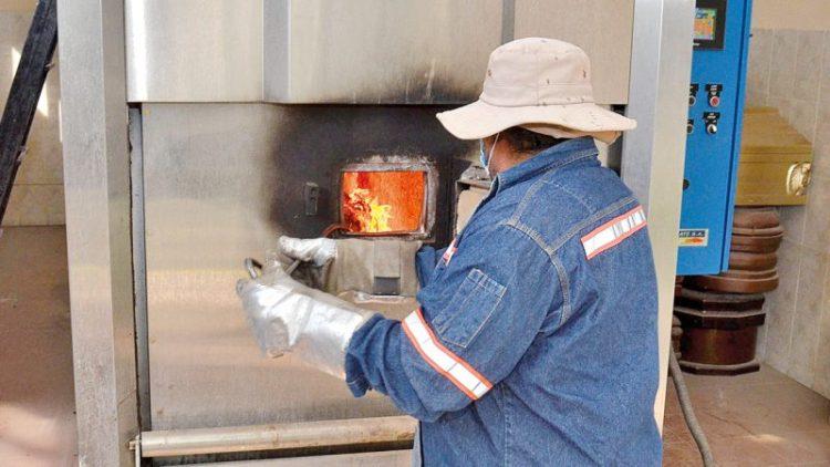 Funcionario usa el horno crematorio en el Cementerio General de Cochabamba. ARCHIVO Noé Portugal