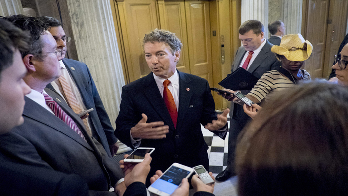 PMZ. Washington (United States), 31/05/2015.- US Senator Rand Paul (C) speaks to the media after speaking on the Senate Floor during a rare Sunday session on Capitol Hill in Washington, DC, USA, 31 May 2015. The Senate voted 77-17 to take up the House-passed USA Freedom Act, clearing the 60-vote filibuster threshold to begin debate on the government surveillance legislation. The US Senate convened a special session on 31 May afternoon to take up intelligence legislation that includes reforms to the National Security Agency (NSA) just hours before existing legislation is to expire, amid warnings from President Barack Obama and the intelligence community. (Estados Unidos) EFE/EPA/PETE MAROVICH