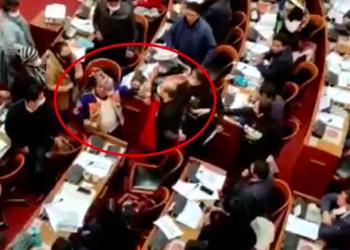 La sesión del 18 de marzo, en la que Colque intentó golpear a Bazán, de Creemos (der.). / Foto: Captura de video