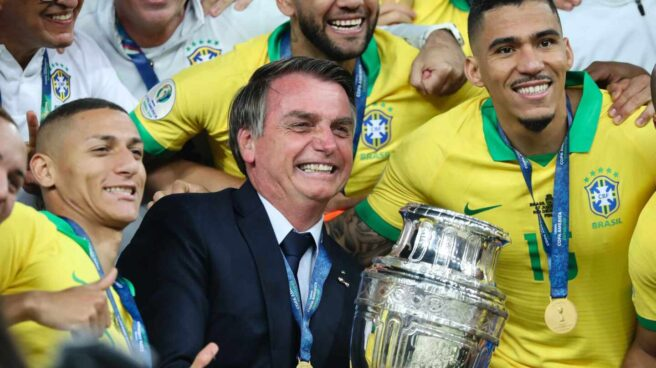 07 July 2019, Brazil, Rio De Janeiro: Brazilian President Jair Bolsonaro (C) carries the trophy and takes a picture with the players after winning the 2019 Copa America final soccer match between Brazil and Peru at Maracana Stadium. Photo: Andre Melo Andrade/AM Press via ZUMA Wire/dpa Andre Melo Andrade / AM Press via /  DPA   (Foto de ARCHIVO) 7/7/2019 ONLY FOR USE IN SPAIN