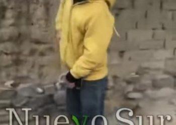 Captura del video muestra al ladrón amenazando a un policía. (NUEVO SUR)