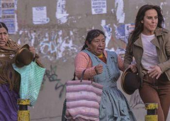 "Kate del Castillo junto a Susana Condori actúan en una escena de la tercera temporada de ""La Reina del sur"", en La Paz. / Foto: Marka Registrada."