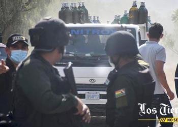 Policía en el ingreso de la empresa durante el bloqueo. | José Rocha