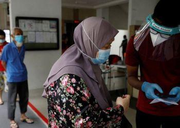 Los residentes de una urbanización pública hacen cola para las pruebas obligatorias de coronavirus en Singapur el 21 de mayo de 2021 . Foto: Reuters