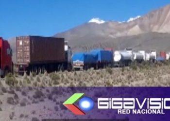 Cientos de camiones con productos de exportación de Bolivia en la frontera con Chile. Foto: Captura de pantalla.