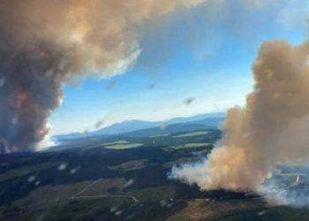 Dos columnas de humo del incendio forestal Long Loch y el incendio forestal del lago Derrickson, Columbia Británica, el 30 de junio de 2021. | AFP