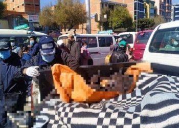 Personal de la Felcc realiza el levantamiento del cuerpo. Foto: Bolivisión.