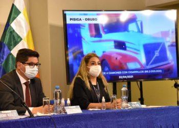 La presidenta ejecutiva de la Aduana Nacional de Bolivia (ANB), Karina Serrudo y Marcelo Montenegro, Ministro de Economía.