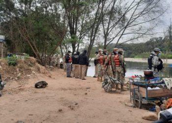 Contingente militar a orillas del rio Bermejo / RFB