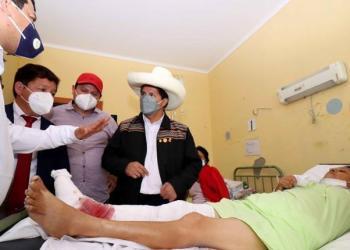 Foto difundida por la Presidencia de Perú, del mandatario Pedro Castillo, quien visita a los heridos tras el sismo, hoy en Piura, una región ubicada unos 990 kilómetros al norte de Lima   EFE
