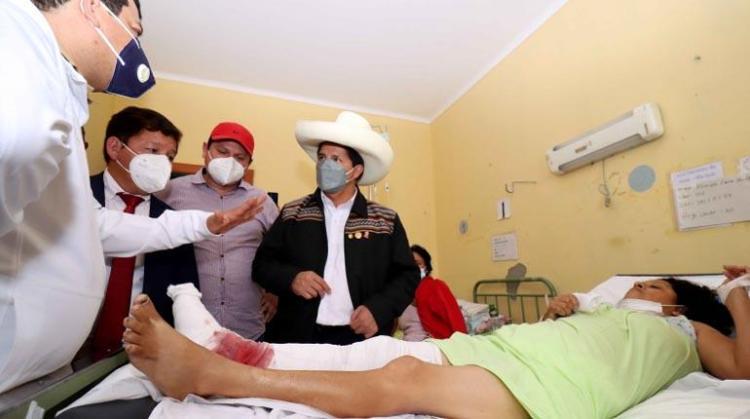Foto difundida por la Presidencia de Perú, del mandatario Pedro Castillo, quien visita a los heridos tras el sismo, hoy en Piura, una región ubicada unos 990 kilómetros al norte de Lima | EFE