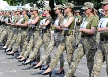 Polémica en Ucrania por zapatos de tacón para mujeres soldados Foto: AFP