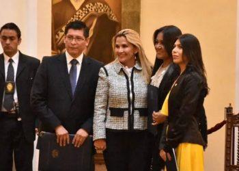 Nataly Vargas a la extrema derecha, minutos después de su designación por la ex presidenta Jeanine Añez.