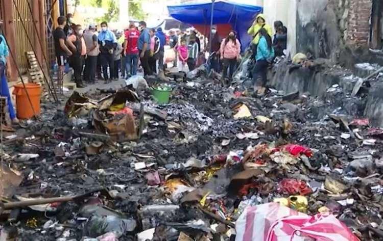 El incendio afectó a seis puestos comerciales. Foto: Unitel