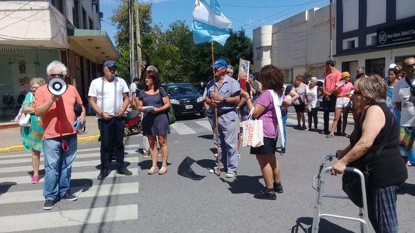 JUBILADOS: Concentración efectuada frente a las puertas del PAMI Necochea