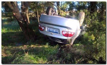 RUTA 88: Un auto mordió la banquina y volcó
