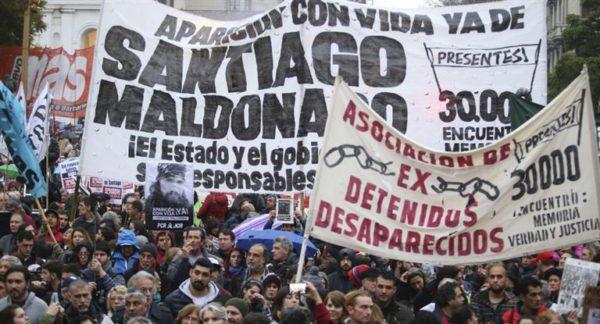 SANTIAGO MALDONADO: Masiva marcha en Plaza de Mayo para exigir la aparición con vida