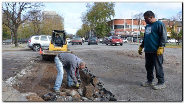 Realizan obras de bacheo y arreglos pluviales en la ciudad