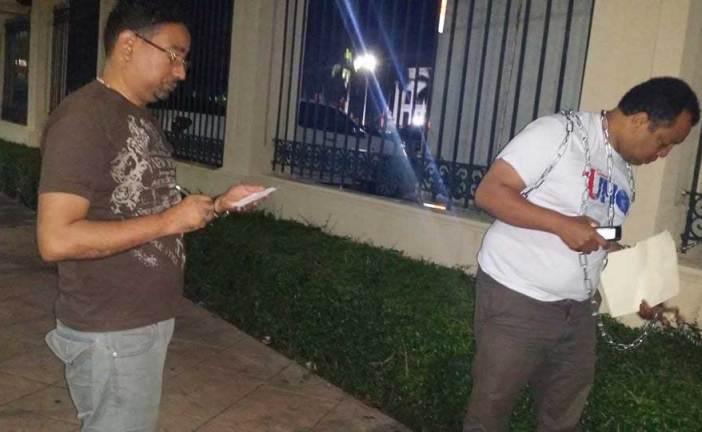 Miguel Ortega se encadena en el Palacio Nacional