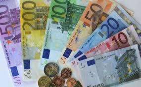 El euro cae a su nivel más bajo en nueve años