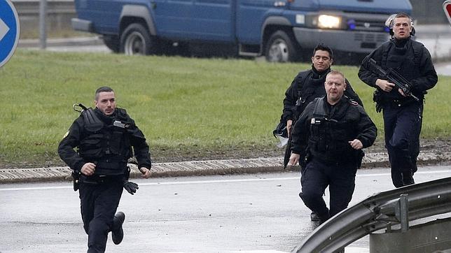 Tiroteo y rehenes al norte de Francia; cercan sospechosos de masacre
