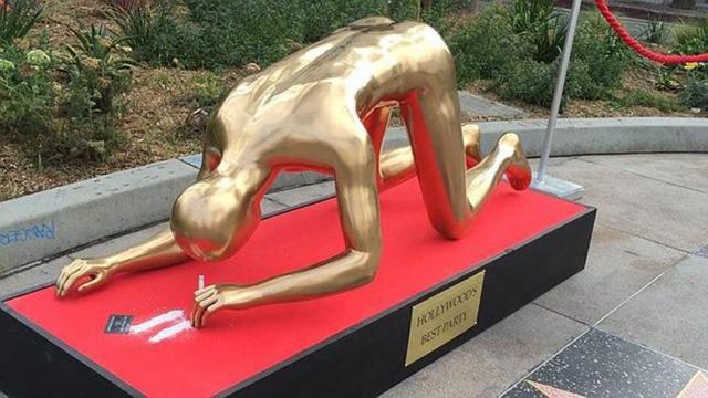 Aparece estatua del Oscar metiendo cocaína en Los Angeles