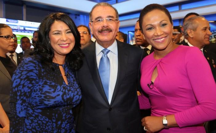 """Danilo Medina felicita periodistas: """"Son auténticos promotores bienestar social"""""""