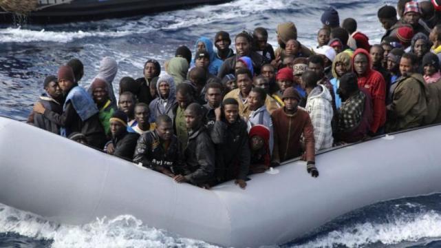 Una veintena de inmigrantes sobreviven a naufragio en Italia