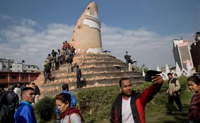 La gente se hace selfies en medio de la tragedia de Nepal