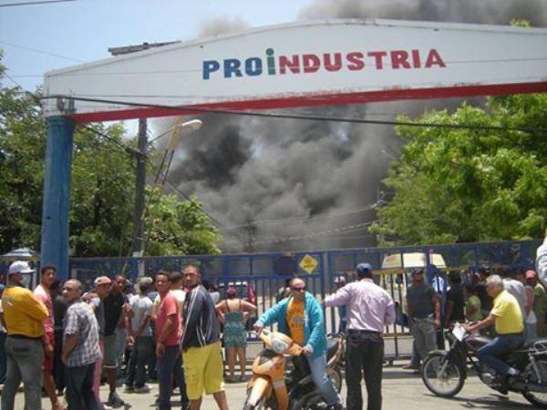 Fuego destruye empresa de Zona Franca en Moca