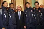 Atletas representarán RD en Toronto reciben bandera; prometen honrarla