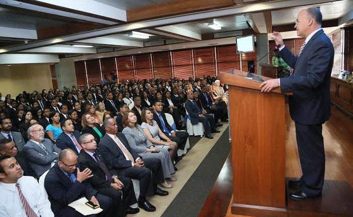 Domínguez Brito entrega galardones a futuros fiscales