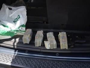 Apresan a dos hombres en Bella Vista con 200 mil dólares en su yipeta