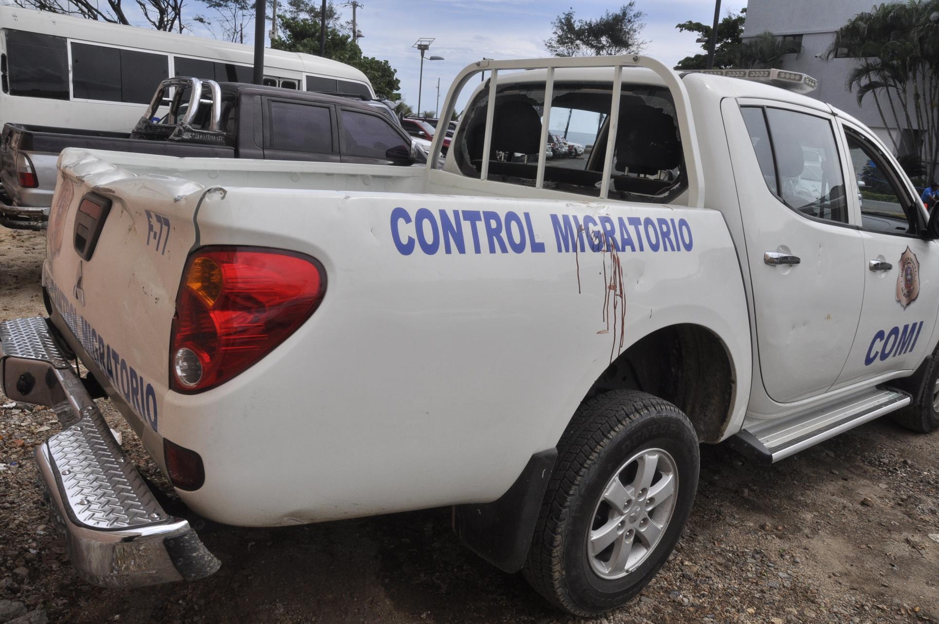 Turba de haitianos agrede  unidad de Migración