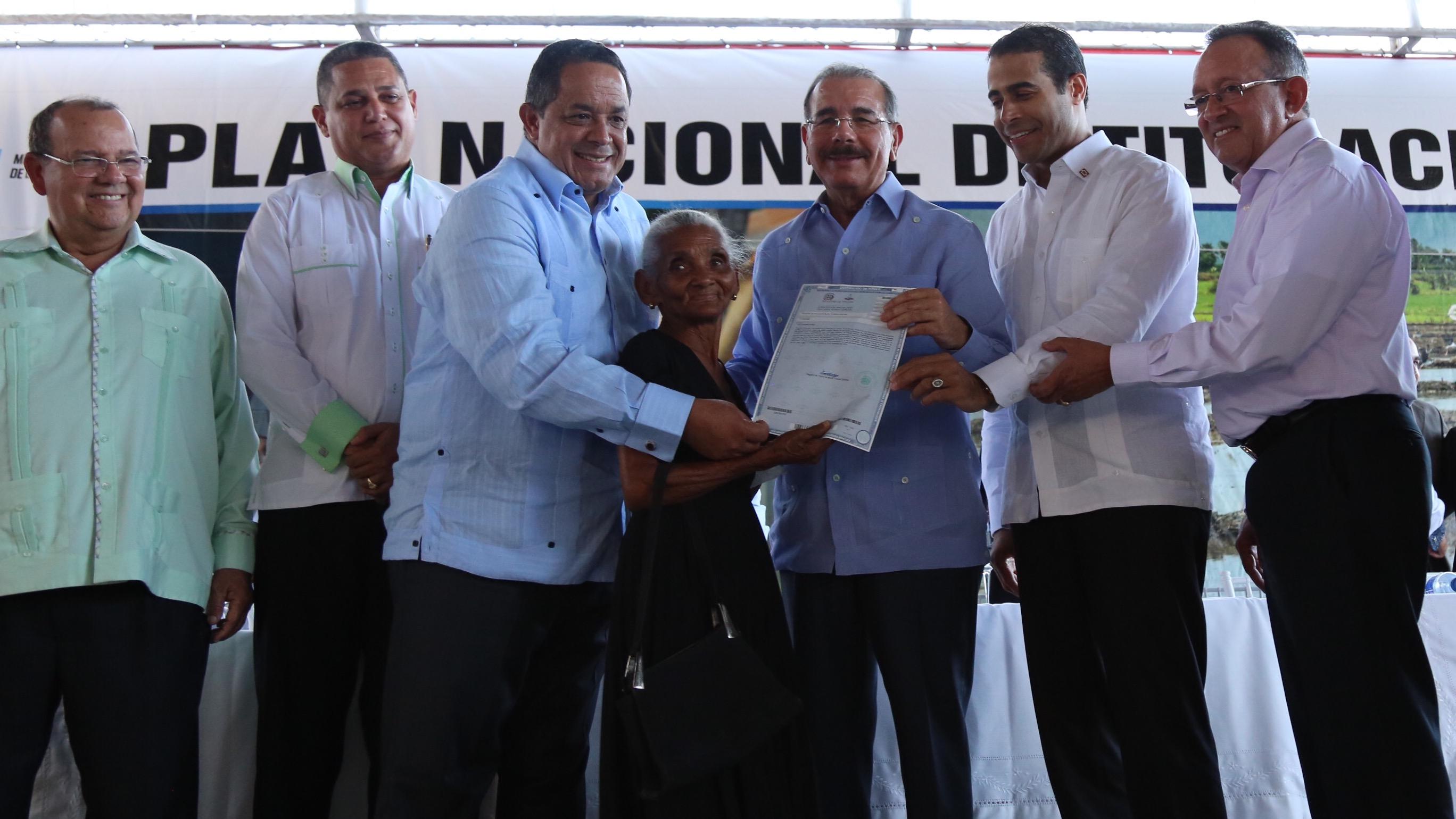 Gobierno entrega 3,523 títulos de propiedad a familias de María Trinidad Sánchez