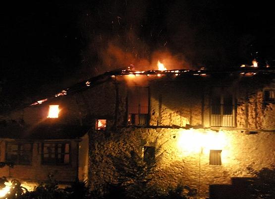 Autoridades creen que fuego en que murió mujer y dos niñas fue provocado