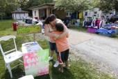 Niño pone un puesto de limonada para pagar su adopción