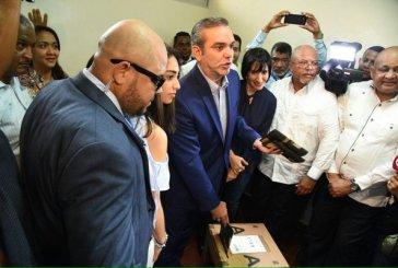 Abinader vota en el Colegio Babeque de Naco