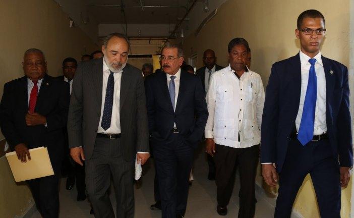 Presidente Medina visita hospital Jaime Mota; entrega Centro Atención Primaria