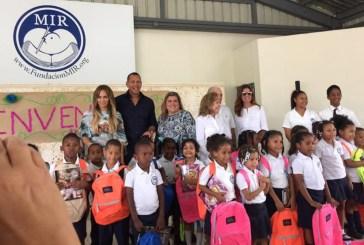 JLo y A-Rod donan útiles escolares en Dominicana
