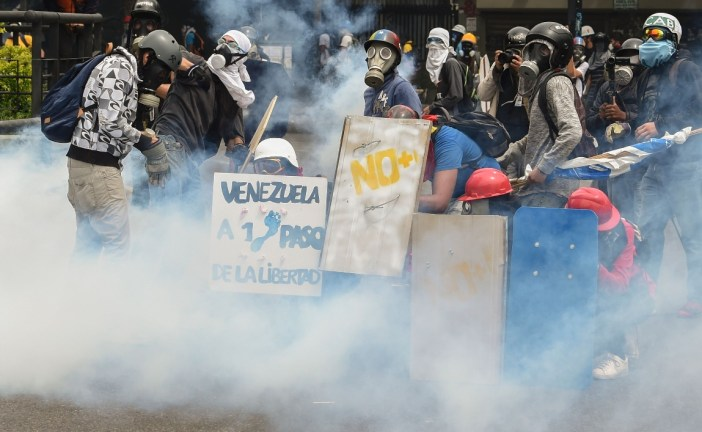 Protestas opositoras en Caracas se prolongan con fuertes enfrentamientos