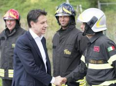 Conte junto a bomberos.