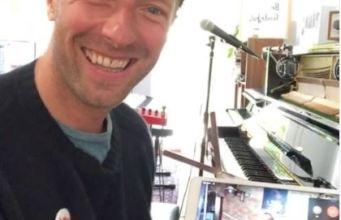 Chris Martin cantó con los pequeños violinistas