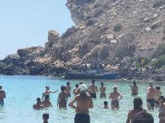 Los migrantes arriban a una playa de Lampedusa (Foto: Twitter)