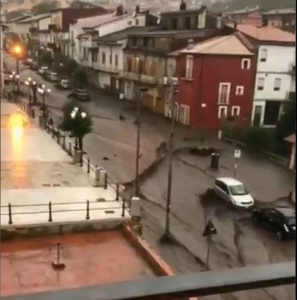 Monteforte Irpino durante el deslave (Foto: Captura video Twitter)