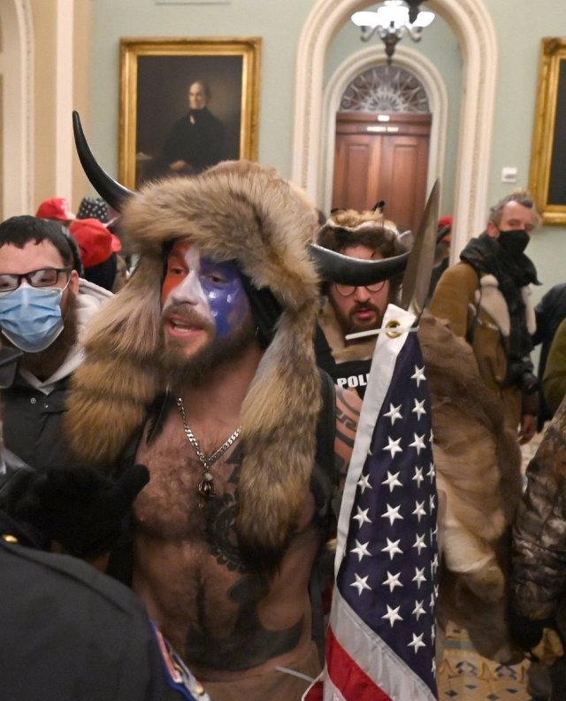Uno de los manifestantes que ingresó al Capitolio en Washington (Foto: Captura YouTube)