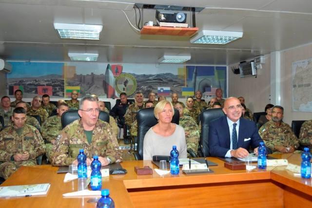La entonces ministra de Defensa, Roberta Pinotti, visita a las tropas italianas en Afganistán. 09/2016