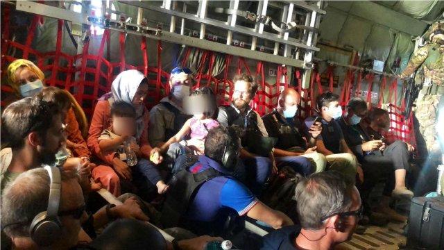 El embajador en Afganistán, a bordo del último vuelo italiano en salir de Kabul (Foto: Twitter Ettore Sequi)